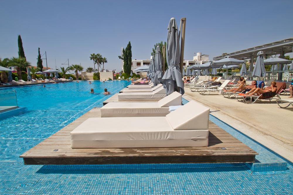 Nestor Hotel Agia Napa Liegebett im Pool