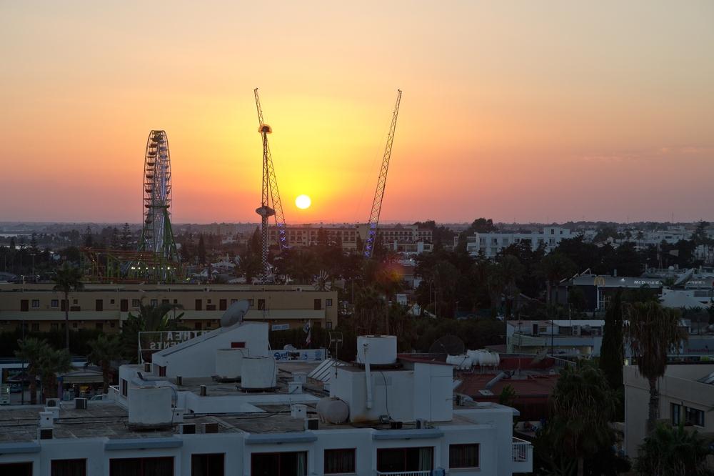 Zypern Agia Napa Sonnenuntergang über dem Vergnügungspark